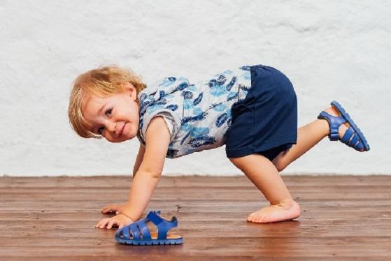 Деца играят вън… цяло лято по сандали