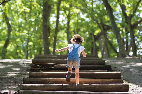 """Да оставим децата да се """"борят сами с живота"""" или да ги напътстваме на всяка крачка?"""