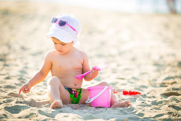 Защо е полезно да водим бебето на плажа