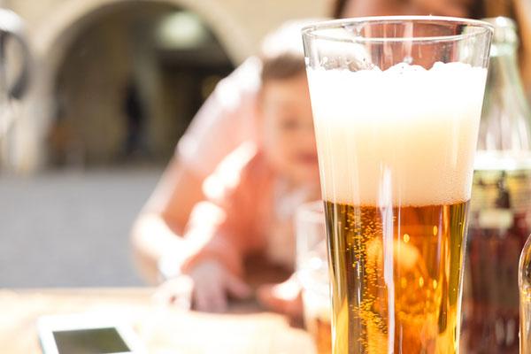 Алкохолът, кърменето и развитието на бебето