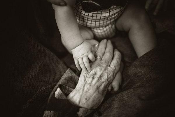 Бабата по майчина линия е най-важният човек за детето