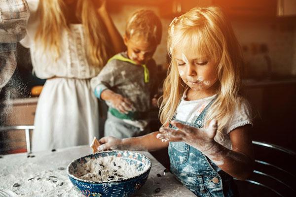 Децата, които помагат на родителите си у дома, са по-щастливи