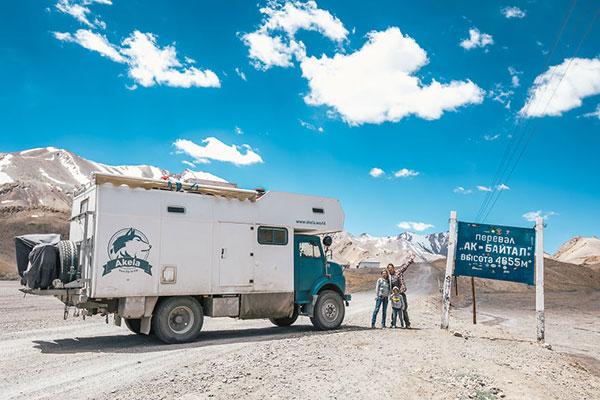 Около света с дете и стар военен камион