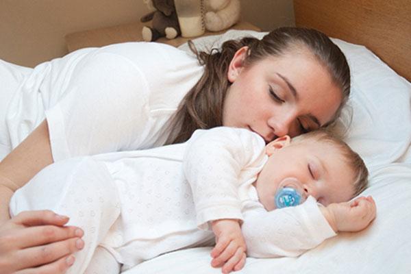 Практични съвети за сън в едно легло с бебето