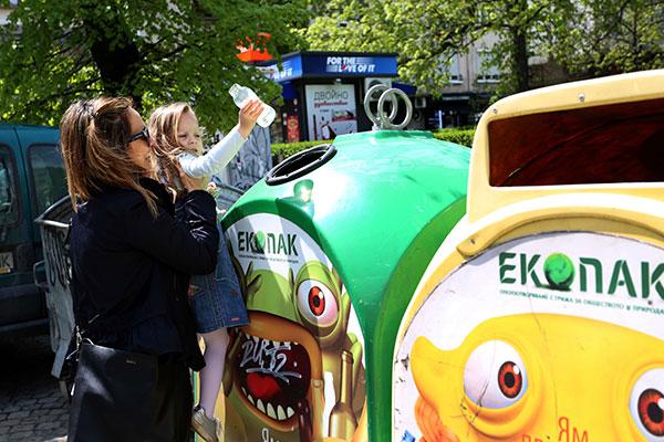 """""""Екопак България"""" зарадва децата от всички детски градини в  Ботевград с куклено шоу и подаръци"""