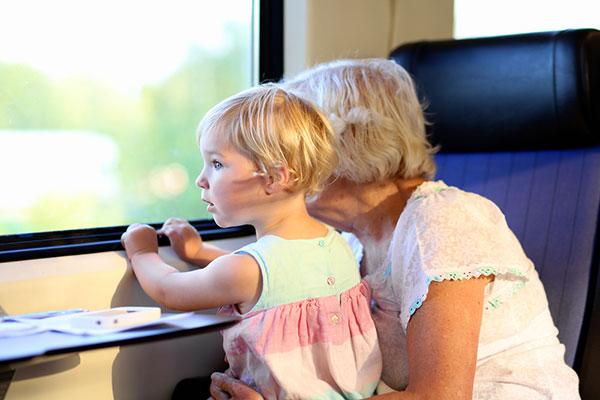 Баба гледа внуче