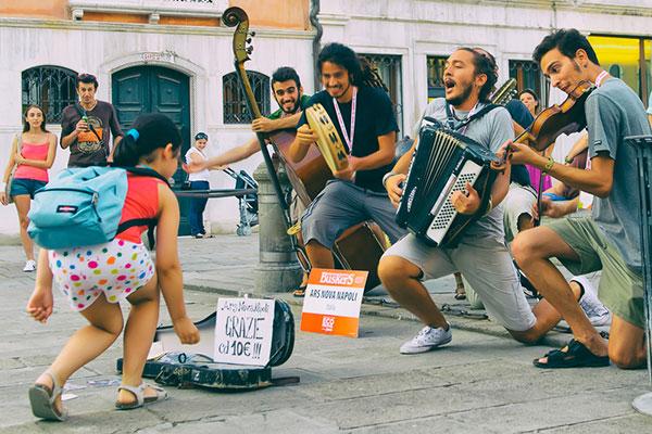 Фестивал на уличните артисти и пътуване с ретро парен локомотив