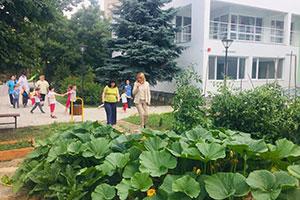 Деца отглеждат зеленчуци в детска градина в София