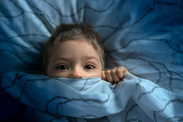 Пет съвета как да помогнем на детето да преодолее страха си от тъмното