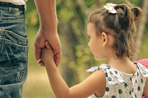 Приемните родители настояват за специални договори