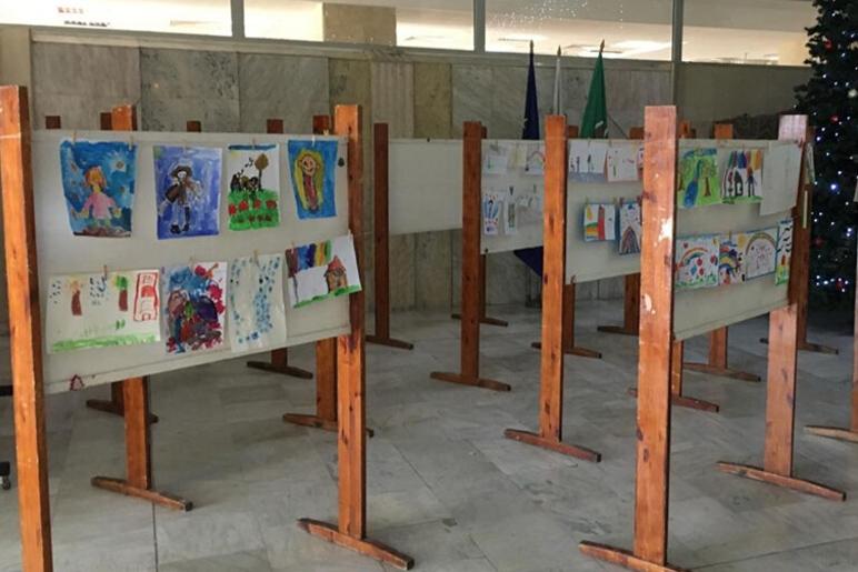 Благотворителен базар с детски рисунки събира средства за деца, болни от муковисцидоза