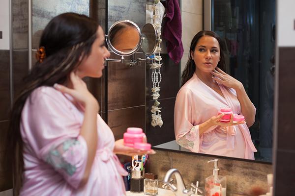 Бременните, които използват козметика с парабени, раждат момиченца с по-високо тегло